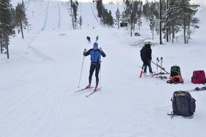 Snö och landslag som trängs på Idre Fjäll där två pister är öppna för träningsgrupper och 40 km längdskidspår.