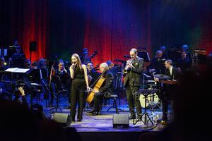 Isabella Lundgren och Peter Asplund tillsammans med Nordiska Kammarorkestern i Tonhallen.