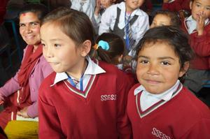 Pema och Aliza i skolan.