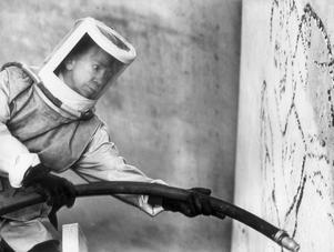 Myten Siri Derkert föddes genom de många tv- och radioinslag hon var med i. Många trodde till exempel att hon själv blästrade verket på Östermalmstorgs T-banestation, i själva verket var en rad blästrare anlitade. Däremot poserade hon gärna i full mundering.