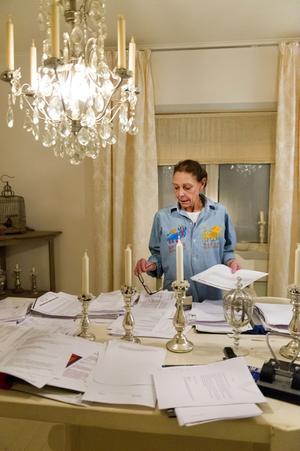 Michèle Lindström jobbar med att sortera handlingar som har med rättegången om arvet att göra.