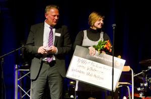 Carina Wilhelmsson som driver Gröna systrar vann Glada Hudikpriset. På bilden syns den glada vinnaren tillsammans med vd:n för Hälsinglands Sparbank, Anders Thorson.