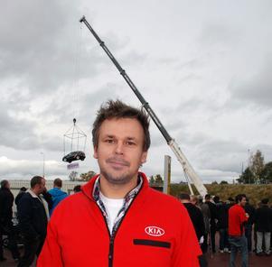 Idén att låta en bil hänga i en kran några meter från Noretbron var rena publikmagneten till Öppet Hus dagarna konstaterade vd:n Thomas Bysell.