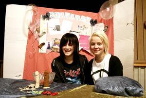 UPPFINNING I FOKUS. Anna Damm och Love Bäckman tittade närmare på kondomen och dess historia i sitt projektarbete. Anna utsågs under kvällen även till både litteraturpristagare och fredspristagare framröstad av eleverna som bästa kompis.