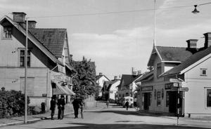 Bergslagsvägen. Det var tätt mellan butikerna på Bergslagsvägen genom centrala Västanfors ända från 1940-talet och fram till slutet på 60-talet.