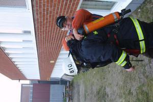 Rökdykaren Nicklas Eriksson fick hjälp att ta på utrustningen.