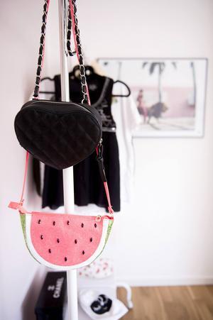 En väska som ser ut som vattenmelon sätter piff på klädställningen.