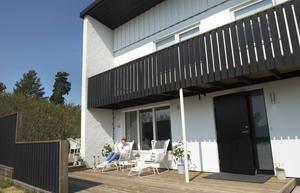 Funkishuset har målats och piffats till utvändigt. Svarta plank har byggts för att få lä och ge matgruppen mindre insyn.
