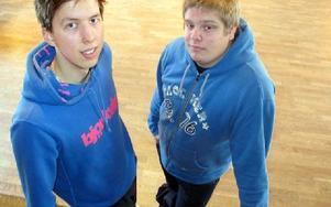 Christian Linnér och Jimmy Källberg förbereder sin filmvisning. FOTO. KRISTINA VAHLBERG