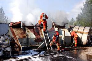 En våldsam rökutveckling bröt ut i samband med en brand på återvinningsanläggningen Kuusakoski Recyling i Timrå. Det var i samband med en nermontering av en stor metallkonstruktion som en gummimatta inne i konstruktionen började brinna, vid 13-tiden. Räddningstjänsten kallades till platsen och fick släcka elden.