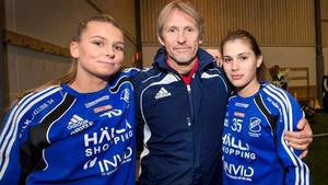 Hans Hansken Johansson tillsammans med spelarna Elvira Gustafsson och Felicia Jingmyr Steiner