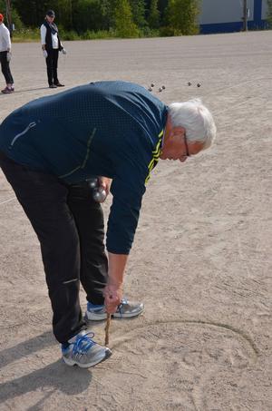 Bertil Melin från Söderhamn markerar var spelarna ska stå.
