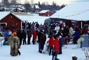 Under söndagen var det fullt med besökare på den populära julmarknaden i Skatan.
