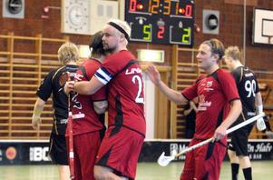 Mattias Kokkonen ger Daniel Dalbjer en kram som tack för passningen fram till 6–2 mot Lesjöfors/Filipstad. Till höger syns tremålsskytten Mattias Ager.