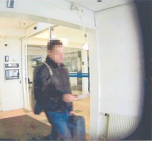 Den misstänkte gärningsmannen fångad av en övervakningskamera på Arlanda.
