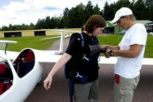 Säkerhet. Det är viktigt att fallskärmen sitter som den ska. Foto:Johan Larsson