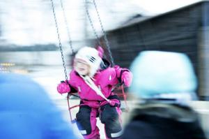 Adelia Bergström Sandell, 4,5 år och från Östersund, var ett av många barn som åkte karusell. Hon hade lika roligt som snart 9-åriga systern Hilda strax bakom, och föräldrarna Mattias och Ulrica som tittade på.