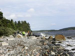 TRE DÖDA. På förmiddagen den 18 augusti hittas en båt upp och ner på den steniga stranden utanför Hörnskatan. Under och intill båten ligger fyra personer. Tre av dem är döda, en man i 40-årsåldern och två yngre kvinnor. Den fjärde, en 40-årig man, är svårt skadad. Polisens utredning visar att båten under natten har kört i hög hastighet och kraschat in i ett tungt farledsmärke en bit ute i fjärden.