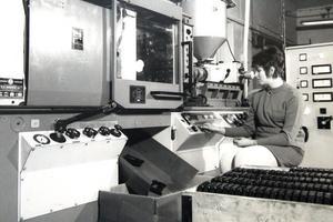 Den första plastmaskinen som företaget köpte in såg ut så här runt 1970.