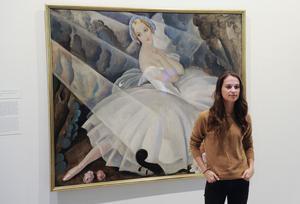 Alicia Vikander på Arken Museum i Köpenhamn framför en målning av Gerda Wegener från 1927. Wegeners konst ställs ut på Millesgården i vår.