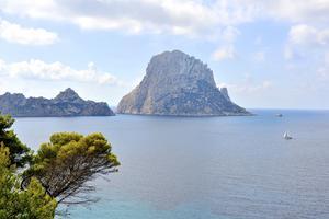 Klippöarna Vedra och Vedravell i Cala Horts naturreservat är iögonfallande.