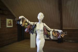 Ina Strömberg vill inte berätta för mycket om sina verk, det kan ta bort upplevelsen för betraktaren.