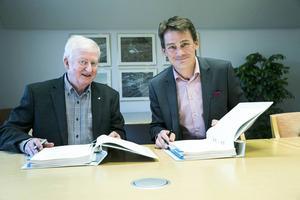 Dalatrafiks vd Claes Annerstedt och Keolis vd Magnus Åkerhjelm undertecknade avtalet så snabbt det gick eftersom man slapp överklaganden.
