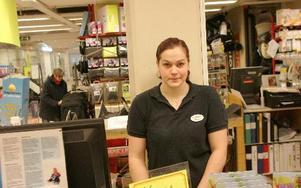 19-åriga Pernilla Arnestål jobbar i en butik i Hedemora. Hon är för familjekär för att flytta från kommunen men har kompisar som pluggar på annan ort. FOTO: PETTER JERDÉN