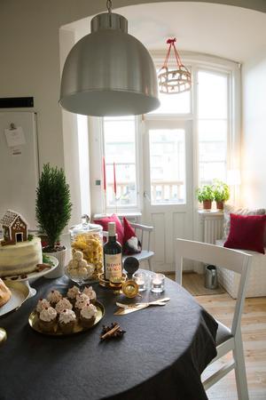 Linda älskar mässing vilket passar extra bra i den fina lägenheten till jul.