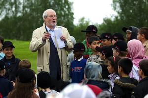 Invigningstalare. Tunabyggens ordförande Olle Rigborn var en av flera talare när Jaxvallen, Jakobsgårdarnas multisportarena, invigdes i går.