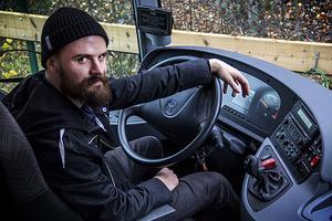 Niklas Ehnberg sitter bakom ratten när afasiföreningen är ute på vägarna.
