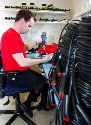 Christer Rådström, som här monterar kabel, är en av de sex som är kvar på Jorm  Lego.