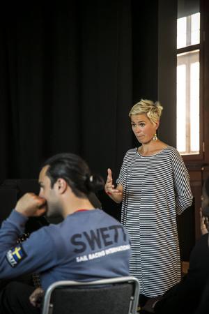 Brwa Nouri lyssnar till Kajsa-Tuva Werners genomgång efter övningen. Många tänkvärdheter kom fram.