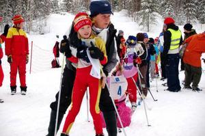Margaretha Revelj värmer Elin Busk från Norra skolan, Sveg, innan hon ska starta. Foto: Carin Selldén