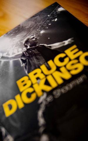 Helen Ljungmark beskriver Bruce Dickinson som en fascinerande person och tycker att det är konstigt att det fram till nu inte har funnits någon biografi om honom.