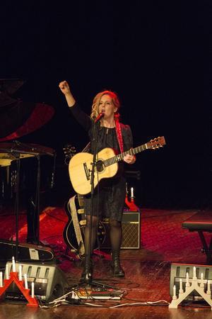 """Sofia Karlsson sjöng """"Fanfar"""" av Stefan Hellström och publiken applåderar."""