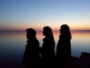 Vi tog en bensträckare på hemvägen vid sjön Unden. Den låg spegelblank vid solnedgången. Tre generationer ställdes snabbt upp!