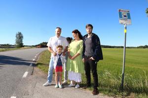 Familjen Hoyle i Edsberg förlorar möjligheten att pendla till jobb och gymnasiet när linje 524 läggs om. Tom, Alma, Anncharlotte och Oliver är besvikna.