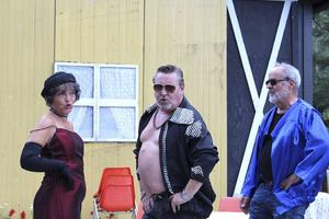 Det händer grejer när Conny, spelad av Robert Sandström, dyker upp på äldreboendet. På bilden även Bo R Holmberg och Agneta Westerlund.