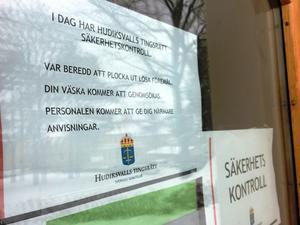 Alla besökare till domstolen fick genomgå en säkerhetskontroll på tisdagseftermiddagen,