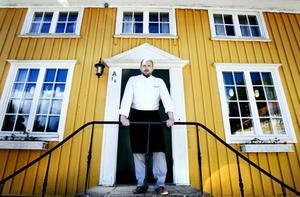 VILL HA TILLBAKA LINJE 1. Johan Palmborg på Forsbacka Wärdshus har länge varit skeptisk till bussförbindelserna till och från Forsbacka. Nu har det blivit ännu värre med byte i Valbo och han är rädd att kunderna ska åka någon annan stans.