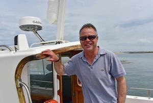 Tim Fortey, stolt kapten på Calypso II som gör fina båtturer till flera öar.