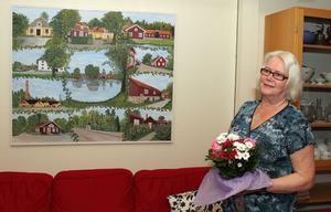 Gunilla Jansson med sin målning.