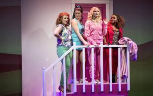 Rosa är färgen som gäller i Legally Blonde.