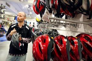 """Stefan Edberg på Stadium i Östersund har märkt hur försäljningen av cykelhjälmar ökat betydligt. """"Många äldre kommer in och köper i dag. De vill skydda sig mer nu"""", säger han, och börjar ana att det blir allt mer trendigt med hjälm."""