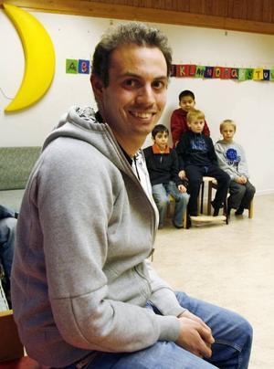 OVANLIG. Björn Kytöviita är en av få män som jobbar med små barn inom Sandvikens barnomsorg. För att han ska få fler manliga arbetskamrater startar i dag ett manligt nätverk, som har möte med föreläsningar i Högbo.