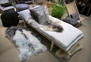 Vilt och vackert. Naturmaterial som ull, skinn och trä är viktiga ingredienser i höstens inredning. Här produkter från Shepherd.
