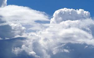 Midsommarafton brukar bjuda på både sol och moln. Riktigt dåligt väder är det sällan. Inte särskilt ofta blir det riktigt bra väder heller. Foto: Kjell Jansson/Arkiv