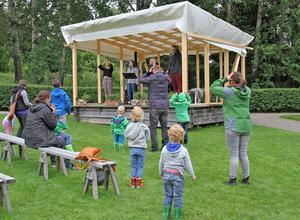 Gårdsmusikanterna tycker det är roligast att sjunga för barn, som är med och dansar och sjunger.