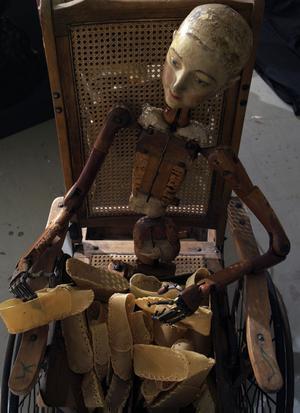 Magiska, sorgliga och makalöst vackra är Judith Wrights skelett och dockor.